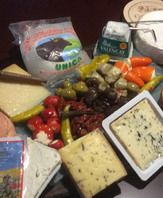 Die Gäste verkosten mediteranen Käse und Antipasti und erhalten dazu fachlich kompetente Informationen.