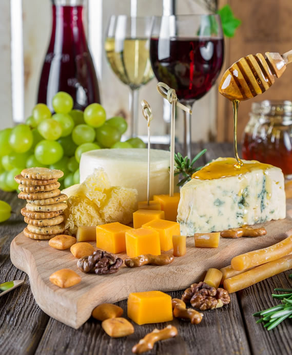 Die Gäste verkosten Käse und ausgewählte Weine in der Kombination und erhalten dazu fachlich kompetente Informationen.